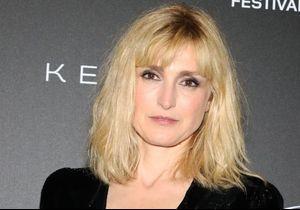 """Julie Gayet à Cannes :  incendiaire sur le tapis rouge, elle affiche sa nouvelle coiffure de """"femme fatale"""""""