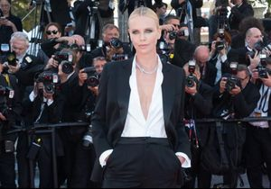 Le look du jour de Cannes : Charlize Theron en smoking Dior