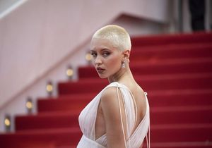 Cannes 2021 : les premiers pas très remarqués d'Iris Law sur la Croisette
