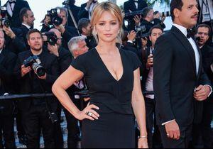 """Cannes 2016 : Virginie Efira sublime pour la montée des marches du film """"Elle"""""""