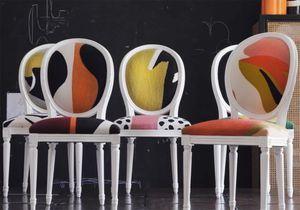 «Polychrome et polyglotte» : la chaise médaillon Dior par India Mahdavi