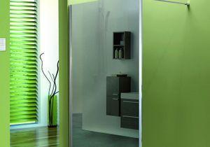 Une salle de bain design avec la paroi de douche miroir