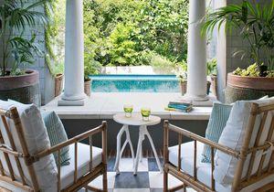 Le charme fou d'un patio et sa maison aux couleurs acidulées