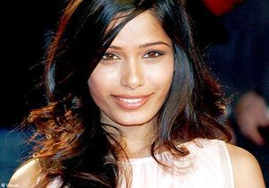 Freida Pinto préférée à Jennifer Aniston en James Bond girl
