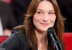 Carla Bruni reprend « Douce France » en italien