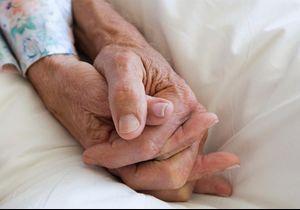 Après 75 ans de mariage, ils meurent dans les bras l'un de l'autre