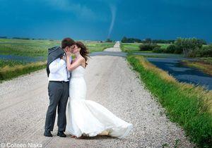 Spectaculaire, ils bravent une tornade pour leurs photos de mariage !