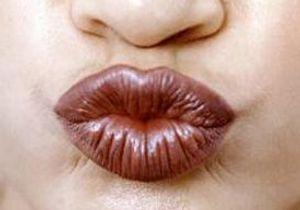 Afrique : le baiser démodé