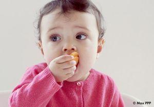 Moins de surpoids pour les bébés qui mangent avec les doigts ?