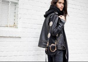 Street Style : Pourquoi le jean noir est-il l'indispensable des filles stylées ?