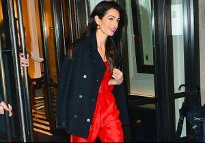 Amal Clooney, sublime en combinaison rouge à la babyshower de Meghan Markle