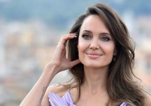 Angelina Jolie succombe à la tendance robe du printemps