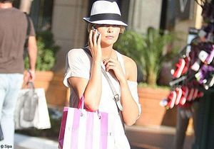 On copie le look summer cool de Charlize Theron