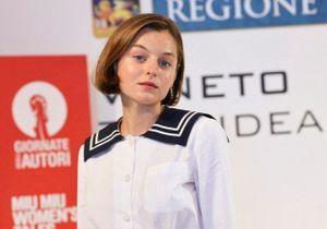 Emma Corrin (The Crown) : elle porte le manteau Mango dont on rêve cet hiver !