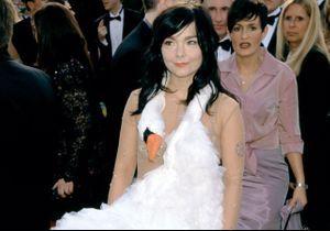 Histoire d'une tenue : la robe-cygne de Björk aux Oscars 2001