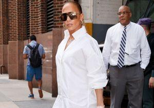 Jennifer Lopez attire tous les regards avec ses cuissardes en jean !