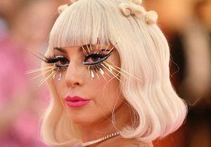 MET Gala : Lady Gaga se déshabille sur le tapis rouge et fait le show