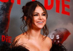 Selena Gomez adopte le pyjama en soie en ville et on adore