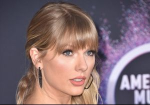 Taylor Swift : la signification du message porté sur sa chemise blanche aux American Music Awards 2019