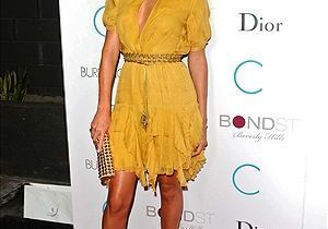 Charlize Theron adopte déjà la robe de l'été 2010