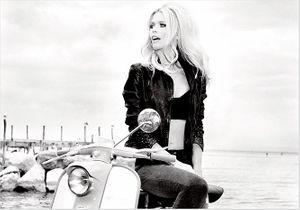Claudia Schiffer, égérie glamour de Guess