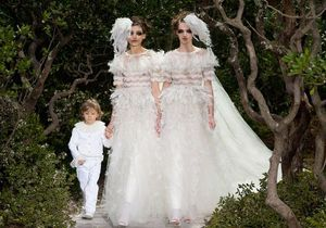 Karl Lagerfeld fait défiler deux mariées au show Chanel