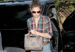 Katie Holmes ne quitte plus son patte d'eph'