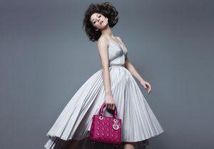 Marion Cotillard saute de joie pour le Lady Dior