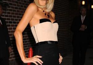 Paris Hilton ne quitte plus son look futuriste