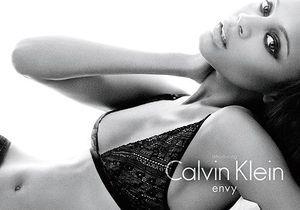 Zoe Saldana, égérie Calvin Klein.