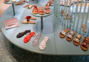 #ElleFashionSpot : Ancient Greek Sandals ouvre un popup store au Bon Marché Rive Gauche