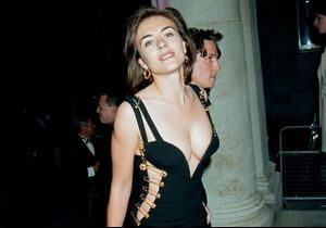 Histoire d'une tenue : la robe épingle portée par Liz Hurley en 1994