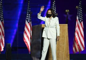 Kamala Harris : une tenue féministe pour son premier discours en tant que vice-présidente des États-Unis