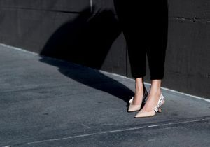 Street style : les filles lookées portent la slingback