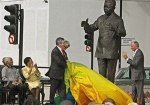 Nelson Mandela inaugure à Londres une statue à son effigie