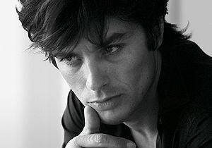 Alain Delon : Dior lui retire sa cigarette