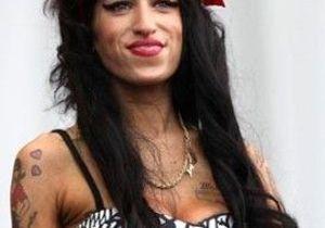 Amy Winehouse, en larmes, revient à Londres