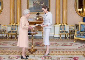 Angelina Jolie reçue comme une reine par Elizabeth II