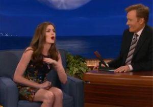 Anne Hathaway s'essaie au rap sur un plateau TV !