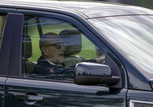 Après son accident, le mari de la reine d'Angleterre reprend le volant… sans ceinture !
