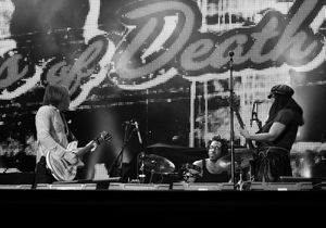 Attaques à Paris : les témoignages des proches du groupe Eagles of Death Metal