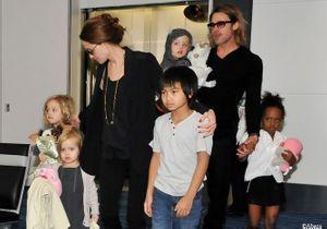 Brad Pitt et Angelina Jolie avec leur fils Pax au Vietnam