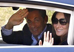 Carla Bruni et Nicolas Sarkozy rentrent à Paris
