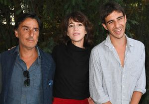 Charlotte Gainbourg et Yvan Attal posent avec leur fils Ben au festival d'Angoulême