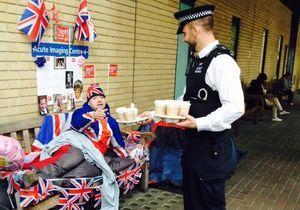 En attendant que Kate Middleton accouche, les policiers bichonnent ses sujets!