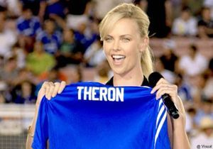 Football : Charlize Theron se moque de l'équipe de France