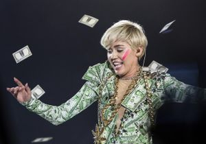 Miley Cyrus, le prix fort pour toucher ses seins !