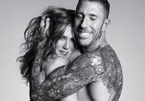 Jennifer Aniston pose topless dans les bras d'un homme