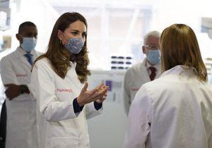 Kate Middleton masquée et vêtue d'une blouse blanche pour une nouvelle sortie publique