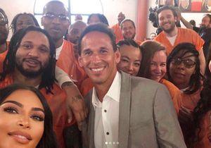 Kim Kardashian : l'histoire derrière son selfie entourée de détenus carcéraux